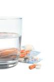 Tabletten en een glas water royalty-vrije stock afbeeldingen