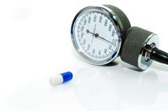 Tabletten en een tonometer Stock Foto