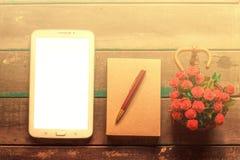 Tabletten en notitieboekjes op houten royalty-vrije stock foto's