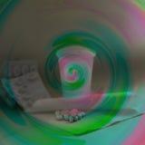 Tabletten met de smeltkroes met roze-en-groene spiraal wordt behandeld die Royalty-vrije Stock Afbeeldingen