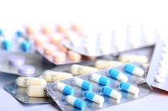 tabletten Pillen op een witte achtergrond De bouw van pillen apotheek Medische achtergrond geneeskunde Stock Afbeelding