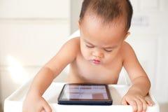 Tabletten slecht voor jonge kinderen royalty-vrije stock afbeelding
