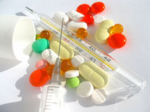 Tabletten, thermometer, spuit Stock Fotografie
