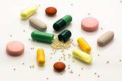 Tabletten und Innere der Pillen stockbild