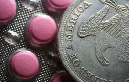 Tabletten und Münze Lizenzfreie Stockfotos