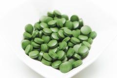 Tabletten van Chlorella - groene algen Stock Foto's