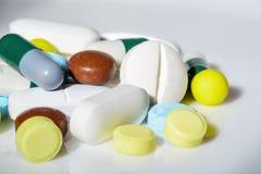 Tabletten van verschillende vormen, grootte en kleuren, close-up royalty-vrije stock afbeeldingen