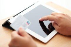 Tablettenon-line-Einkaufen mit Kreditkarte Stockfoto