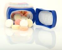Tablettes antiacides d'isolement au-dessus du blanc Images stock