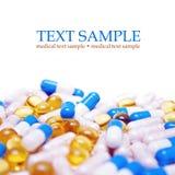 Tablettes avec des capsules Images stock