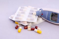 Tablettes avec le thermomètre clinique Images stock