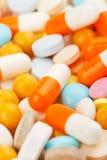 Tablettes colorées avec des capsules Images libres de droits