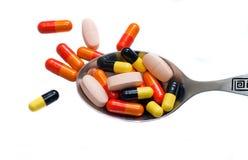 Tablettes colorées sur la cuillère photo libre de droits