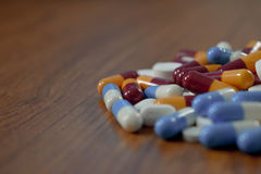Tablettes dans des bouteilles en verre placées sur un contexte blanc Image libre de droits