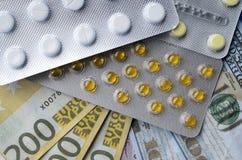 Tablettes et billets de banque Le concept d'imposer les drogues médicales photo libre de droits