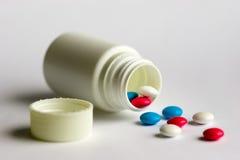 Tablettes et bouteille Photo stock