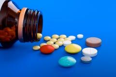 Tablettes et bouteille renversées de médecine. Photographie stock