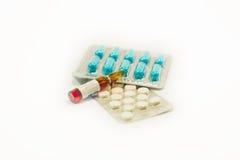 Tablettes et capsules dans l'ensemble Image stock