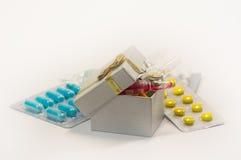 Tablettes et capsules dans l'ensemble Photos stock