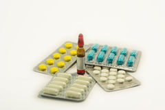Tablettes et capsules dans l'ensemble Photo stock