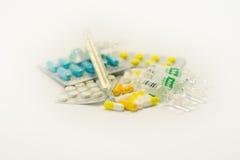 Tablettes et capsules dans l'ensemble Images stock
