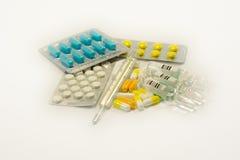 Tablettes et capsules dans l'ensemble Photographie stock