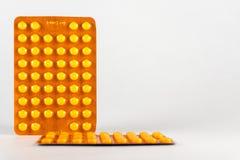 tablettes Médecine pour la prise Il est libéré selon la recette du docteur Photo libre de droits
