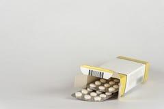 tablettes Médecine pour la prise Il est libéré selon la recette du docteur Images stock