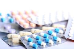 tablettes Pilules sur un fond blanc Bâtiment des pilules pharmacie Fond médical médecine Image stock
