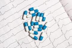Tablettes sur l'électrocardiogramme Photographie stock libre de droits