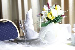 Tableware and flower bouquet in restaurant Royalty Free Stock Images