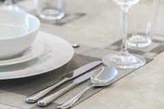 Tableware i pieluchy na stole Obraz Royalty Free