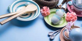 Tableware naczynie ustawiający na błękitnym pastelowym tle Fotografia Royalty Free