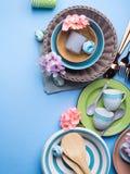 Tableware naczynie ustawiający na błękitnym pastelowym tle Obrazy Stock