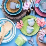 Tableware naczynie ustawiający na błękitnym pastelowym tle Zdjęcie Royalty Free