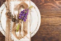 Tableware z fiołkowymi lupines i silverware Zdjęcie Royalty Free