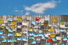 Tablica informacyjna na metalu ogrodzeniu z colourful wiadomościami na ulicie zdjęcie stock