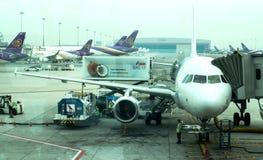 Tablier à l'intérieur d'aéroport de Suvarnabhumi L'aéroport de Suvarnabhumi est l'un de deux aéroports internationaux servant Ban Image libre de droits