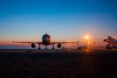 Tablier d'aéroport de début de la matinée Photo stock