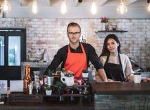Tablier d'usage de couples d'entrepreneur de portrait photo libre de droits