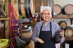 Tablier de port de vendeur et tenir le sac espagnol de bota pour le vin Photos libres de droits