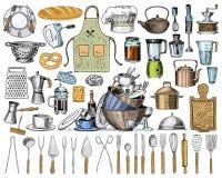 Tablier ou pinaphora et capot, goupille et casserole ou corolle, panneau en bois Chef et ustensiles sales de cuisine, faisant cui Photo libre de droits