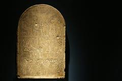 Tablilla de piedra con Hieroglphics Imágenes de archivo libres de regalías