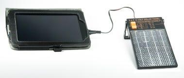 Tablilla de siete pulgadas con un cargador solar Imagen de archivo