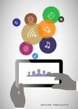Tablilla en sus manos Concepto de comunicación en la red Imagenes de archivo