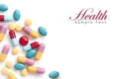 Tablillas coloridas de la píldora en el fondo blanco Imágenes de archivo libres de regalías