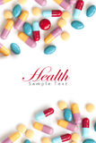 Tablillas coloridas de la píldora en el fondo blanco Fotos de archivo