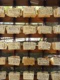 Tablillas de madera del rezo en un templo sintoísta en Japón Foto de archivo libre de regalías