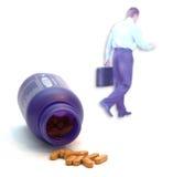 Tablillas de vitamina y hombre de negocios sano fotos de archivo libres de regalías
