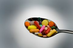 Tablillas y medicinas para curar enfermedad Fotos de archivo libres de regalías